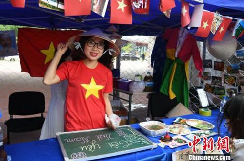 美食节开幕前,留学生们在精心布置自己的展台。 张瑶 摄