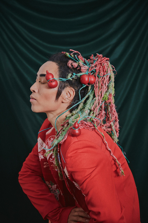 """中国国际时装周拉开了帷幕,刚刚在上周登上了两次热搜的环保行为艺术家万云峰助阵设计师郝为民""""京梦大秀"""",万云峰身着中国风红色礼服出席,惊艳四座。特别是头顶的脏辫设计,让整身造型即中国又国际。这个脏辫的材料是由万云峰捡拾的海洋垃圾制作而成的,他的目的就是为了呼吁保护海洋,保护环境,让我们的地球拥有一个优良的生态环境,为我们和子孙后代造福。"""