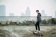 范丞丞化身滑板少年 演绎街头风范自由行走不停歇