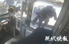 坐轮椅老人乘公交 司机:我来背