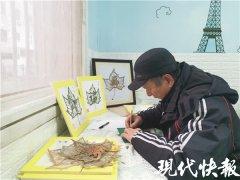 树叶上雕万物 淮安67岁老人作品被外国艺术家珍藏