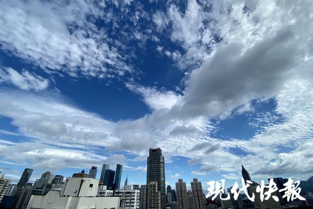深蓝深蓝的天空太深邃,又太透亮。白云铺陈在上面,越发显得天更蓝,云更白。记者 徐岑/文 徐洋 吉星 郑芮 赵杰/摄