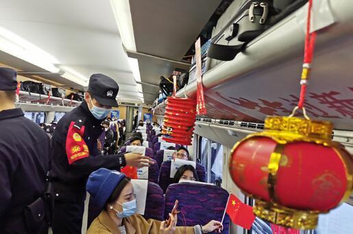 送欢乐进车厢 南京铁警开展元宵警民联欢