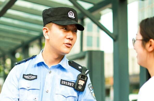 95后民警高楼飞扑救人:我身后有战友 不怕!