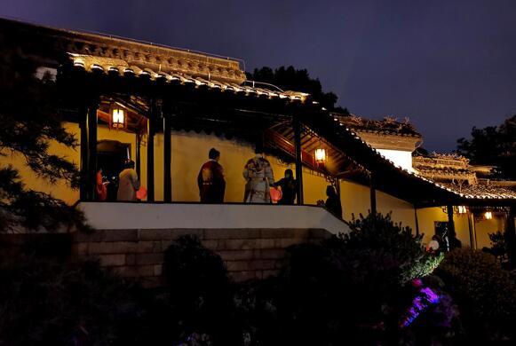 """南京瞻园元宵夜再现""""红楼梦中景""""市民提灯游园"""