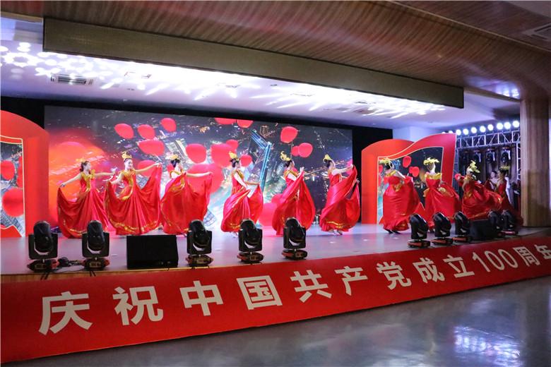 """湖熟街道开展""""奋斗百年路 启航新湖熟"""" 庆祝中国共产党成立100周年主题党日活动,让全体党员干部,从党的百年奋斗史中汲取思想伟力,引领湖熟更加美好的未来。"""