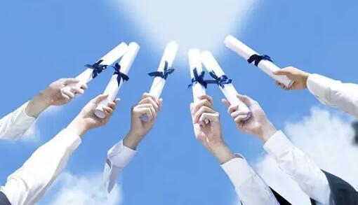 镇江首批56名大学新生共获助学金30.3万元