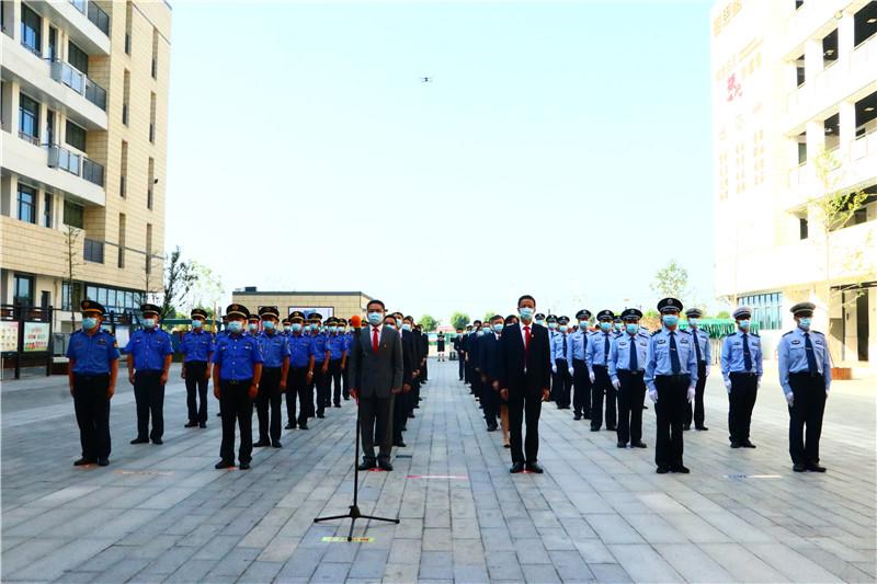 10月1日上午,南京市江宁区湖熟街道举行庄严的升国旗仪式,向伟大祖国致以崇高的敬意和美好的祝愿。街道党政领导、执法大队队伍、公安干警队伍共计60人参加此次升国旗仪式。